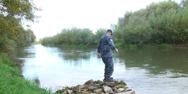 Андрій Оприско на березі річки Дністер