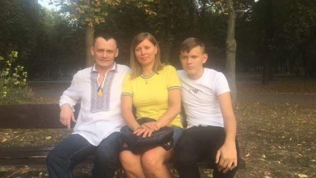 Микола Карпюк з дружиною та сином