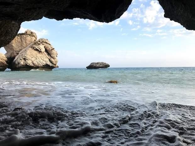Скеля Афродіти (фото зсередини)