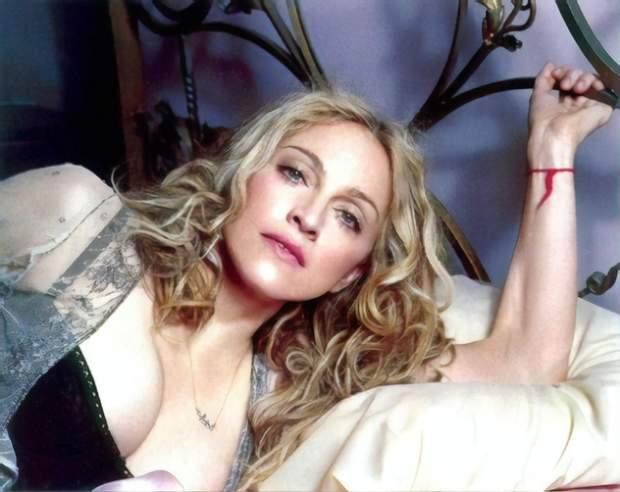 Мадонна першою пов'язала червону нитку