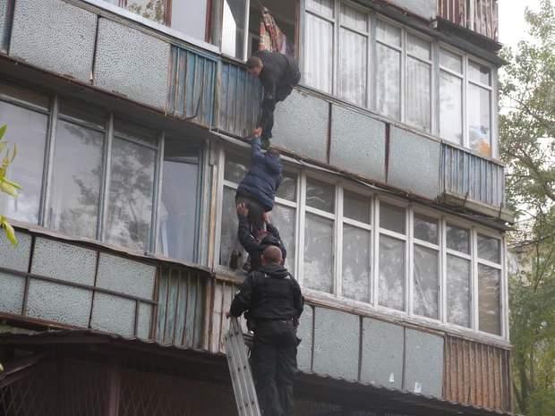 Людей спускали з балконів