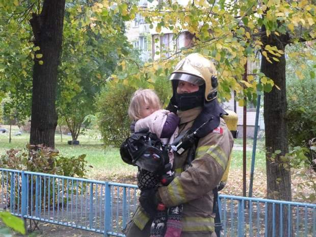 Рятувальники витягли з вогню маленьких дітей