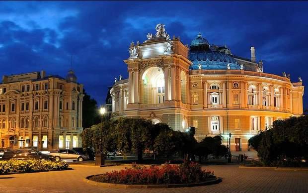 Оперний театр вночі по-особливому красивий