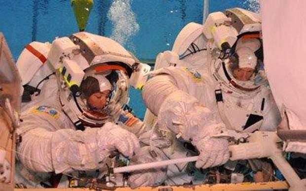Тренування астронавтів під водою