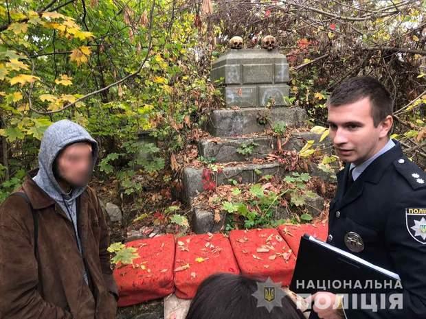 черепи Миколаїв цвинтар чоловік розносив черепи