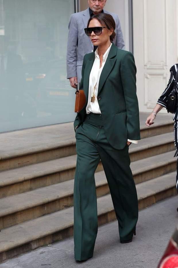 Вікторія Бекхем у сорочці та штанному костюмі