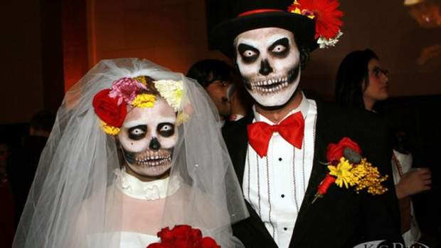 Іспанці одягають моторошні костюми на Геловін/ Фото kcrw.com