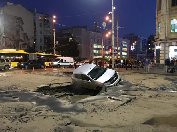 автомобіль провалився Київ Руставелі Саксаганського