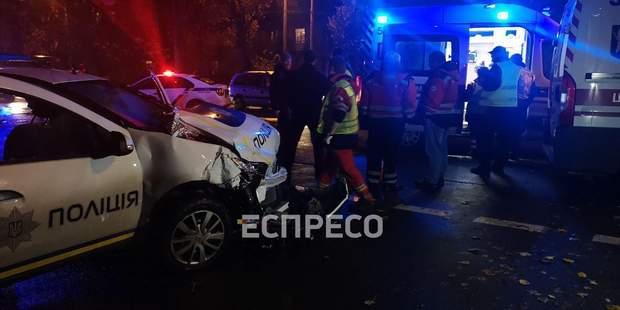 Протаранил такси, пострадал ребенок: автомобиль полиции совершил ДТП в Киеве