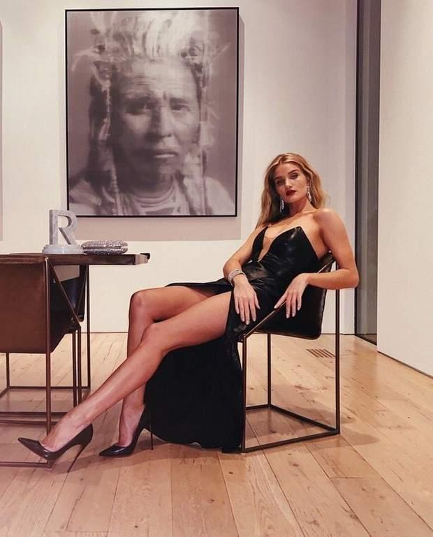 Розі Гантінгтон-Вайтлі у звабливій сукні