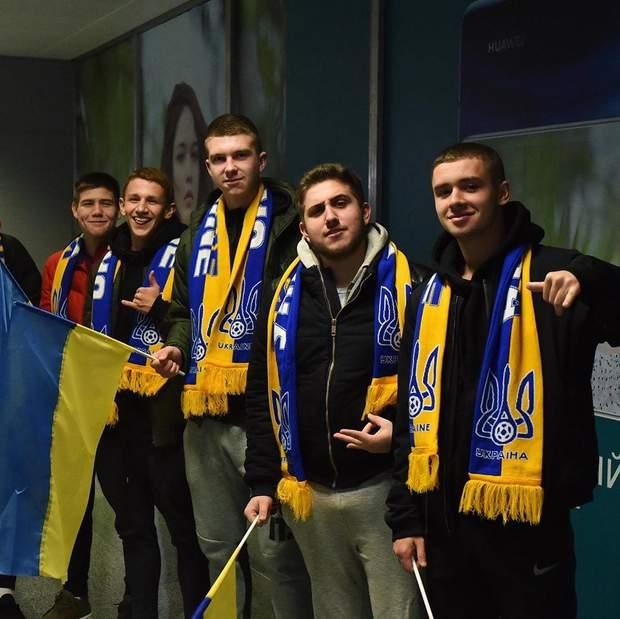 Збірна України прибула до Києва: як їх зустріли в аеропорті (фото та відео)