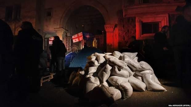 """У Тбілісі – """"Майдан"""": протестувальники заблокували парламент та будують барикади"""
