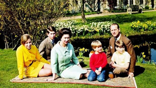 Єлизавета ІІ з чоловіком і дітьми в молодості
