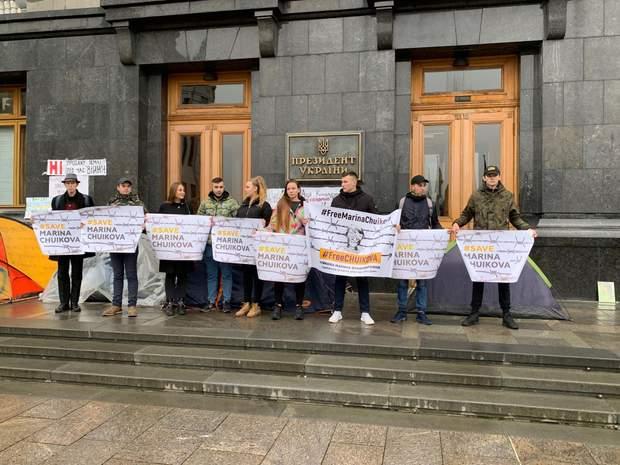 Активісти під офісом президента