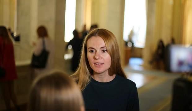 """Чому зі """"Слуги народу"""" виключили Скороход та Полякова, а інші порушники залишилися на посаді"""