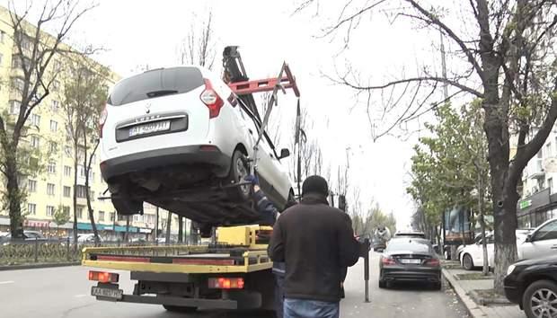 У Києві не правильно припарковані авто забирають евакуатори