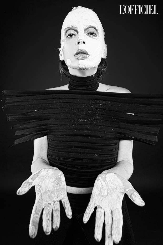 Відома прикарпатка Ірена Карпа знялася в ексцентричній фотосесії для українського видання L'Officiel