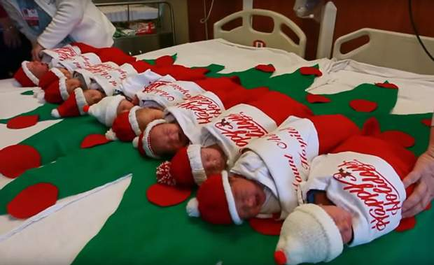 Дітей вкладають у різдвяні панчохи