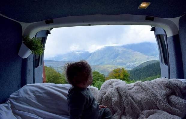 Хлопчик обожнює подорожі у фургоні