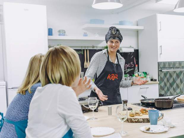 Ірина Козаченко сама виготовляє закуски тапас