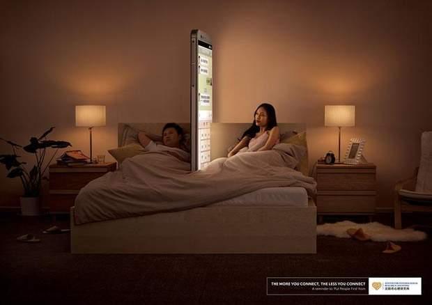 Чоловік чекає, поки дружина надсилає повідомлення