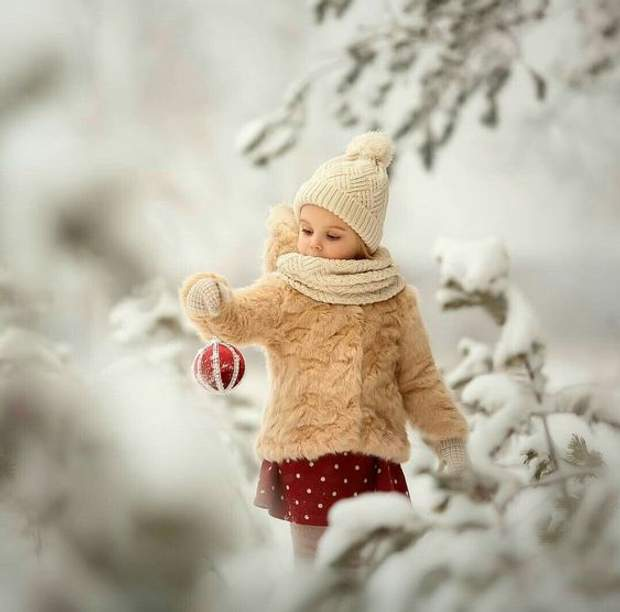 Дитина з іграшкою, новорічне фото