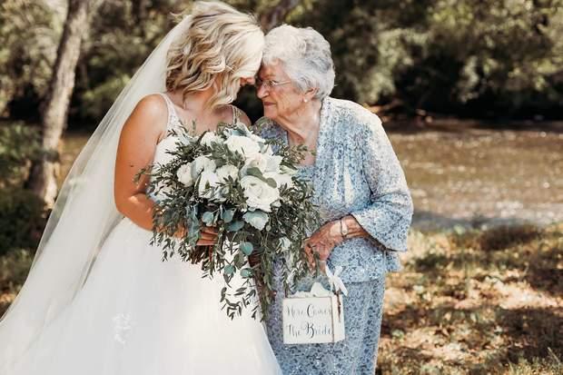 Наречена Ліндсі з свою найстаршою бабусею