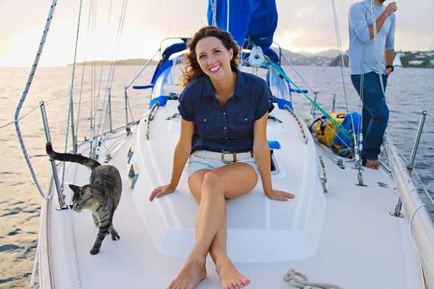 Джессіка на власній яхті з котом