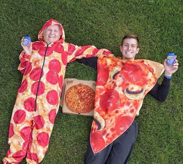 Бабуся та онук у вигляді піци