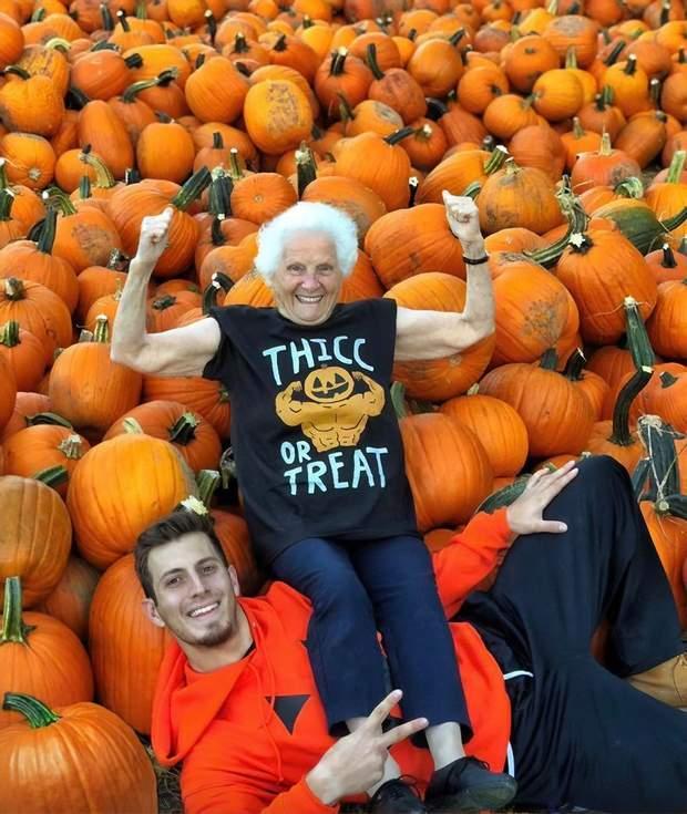 Бабуся та онук зробили фото до святкування Геловіну