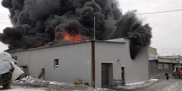 Масштабна пожежа охопила завод фарб у  Єкатеринбурзі, є загроза вибуху: фото, відео