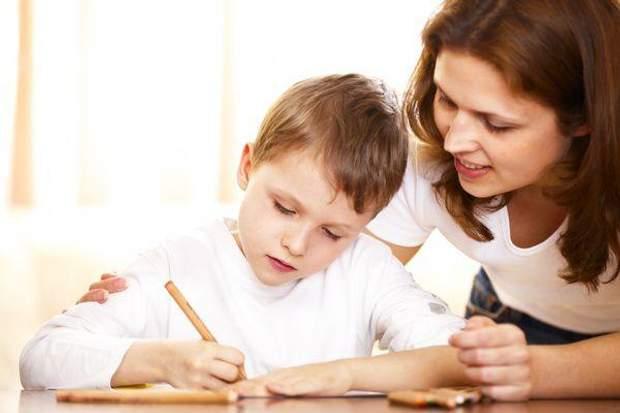 Дитина вчить уроки з мамою