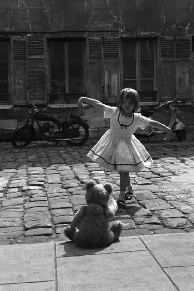 Дівчинка танцює