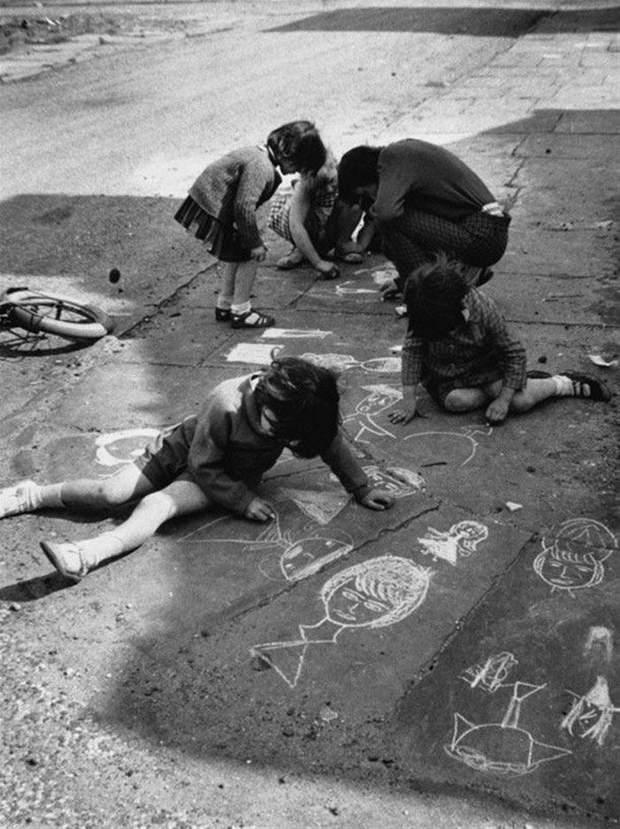 Діти малюють на асфальті