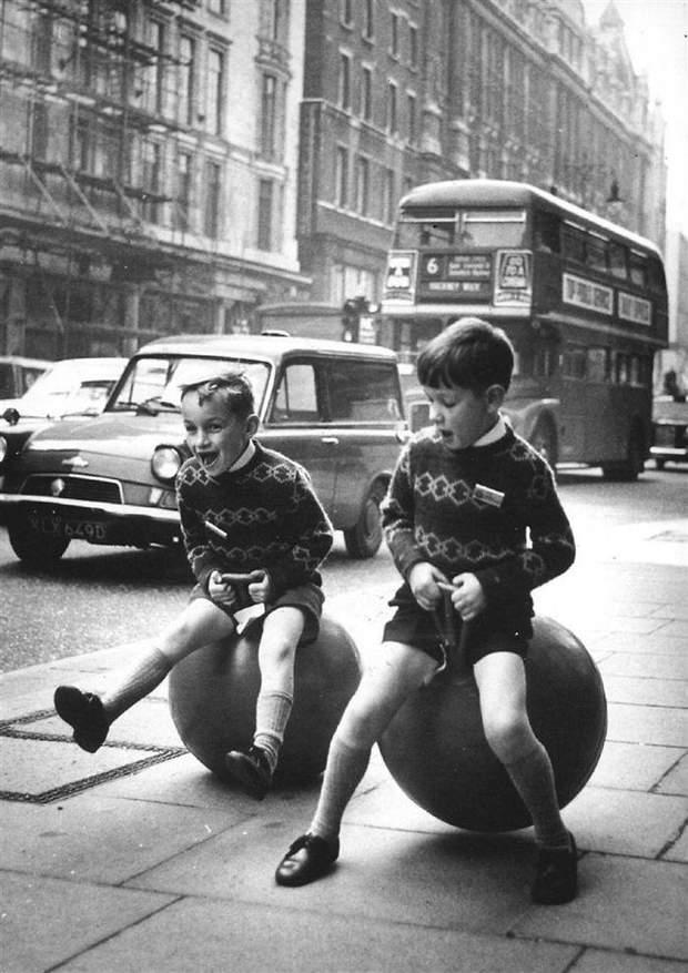 Діти з гумовими м'ячами