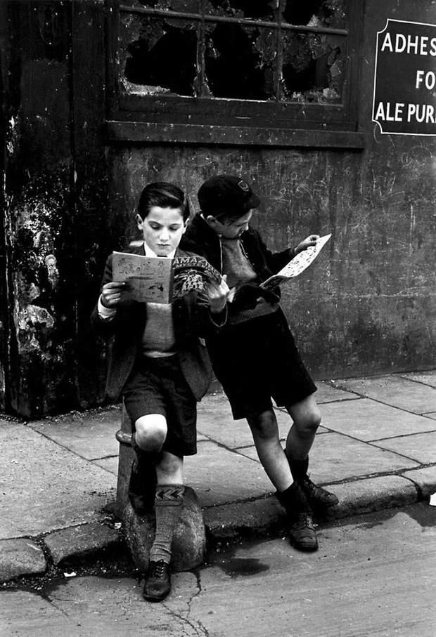 Діти читають комікси