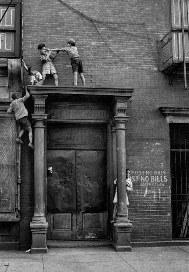 Діти граються на вулиці