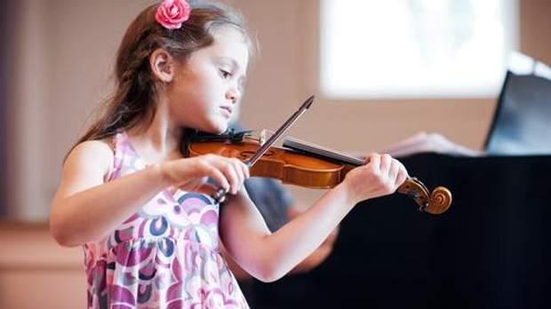 Дитина займається музикою