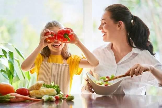Дитина їсть овочі