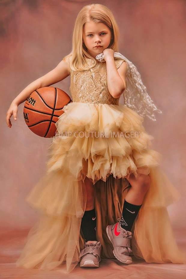 Дівчинка з м'ячем
