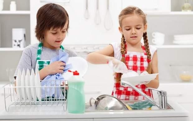 Діти миють посуд