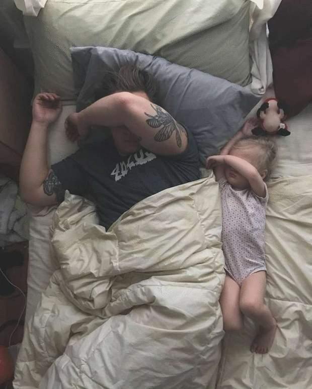 Тато заснув з дитиною
