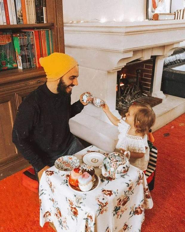 Тато грає з донькою