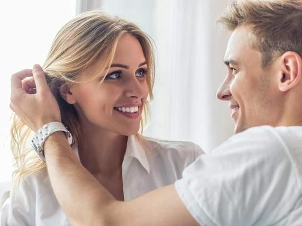 Хлопець гладить волосся дівчини