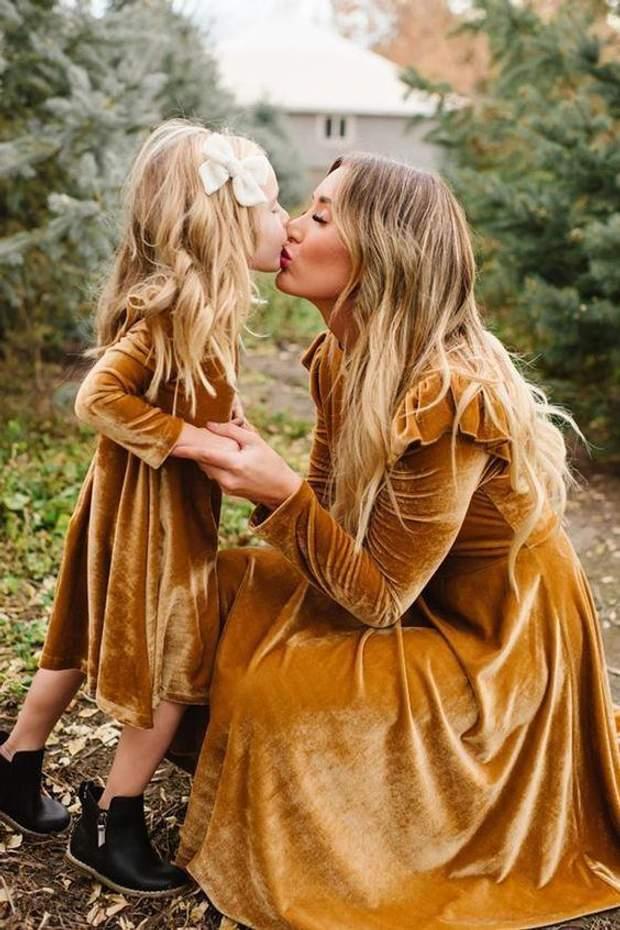 Однакові сукні у мами і доньки