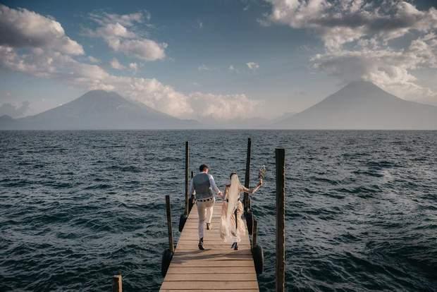 Весільне фото зроблене на озері Атітлан, Гватемала