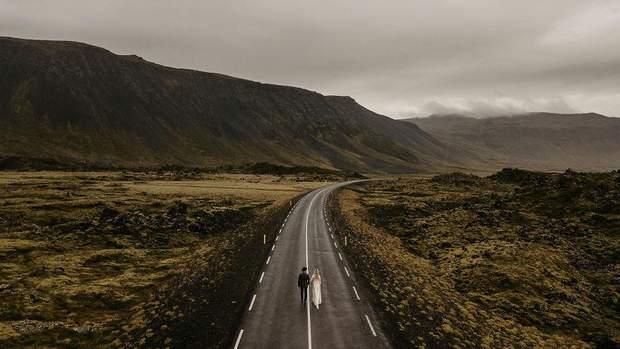 Наречені йдуть дорогою у красивій місцевості, Ісландія
