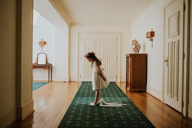 Дівчинка приміряє весільні туфлі нареченої, Швейцарія