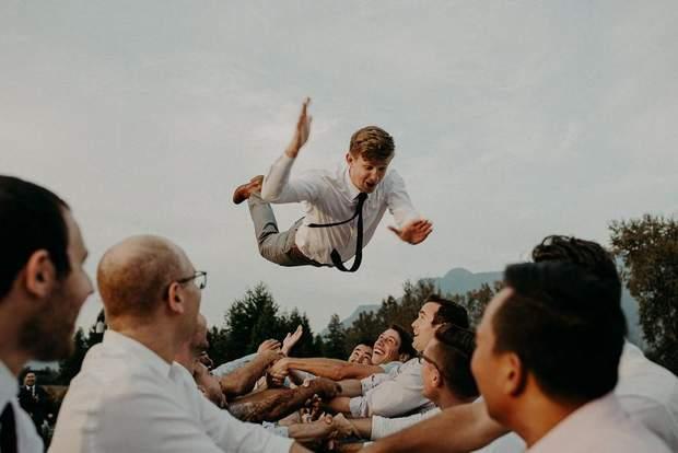 Друзі підкидають нареченого на весіллі у Канаді
