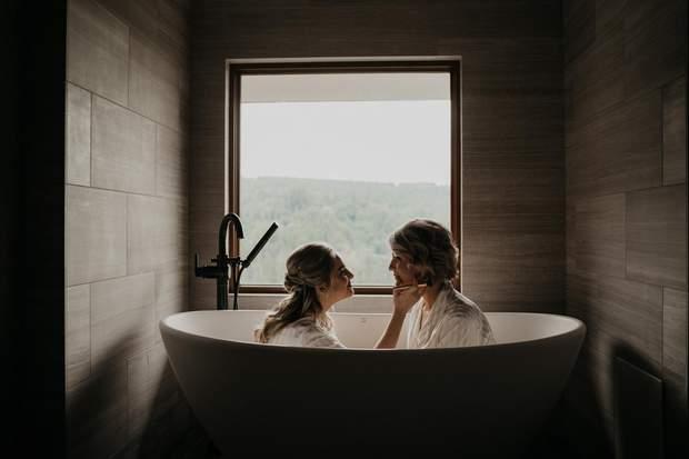 Ніжне фото мами з донькою-нареченою у ванній, Вашингтон, США
